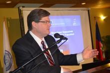 Denis wallace représentant de MSW en train de présenter l'objectif du plan de déploiement sur la télévision numérique.